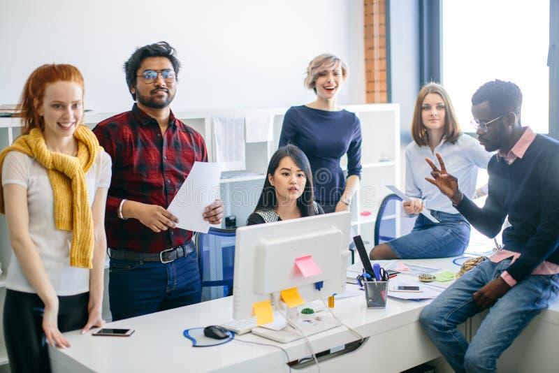 Yrkesmässig lycklig personal för blandat lopp i vindkontoret royaltyfri bild