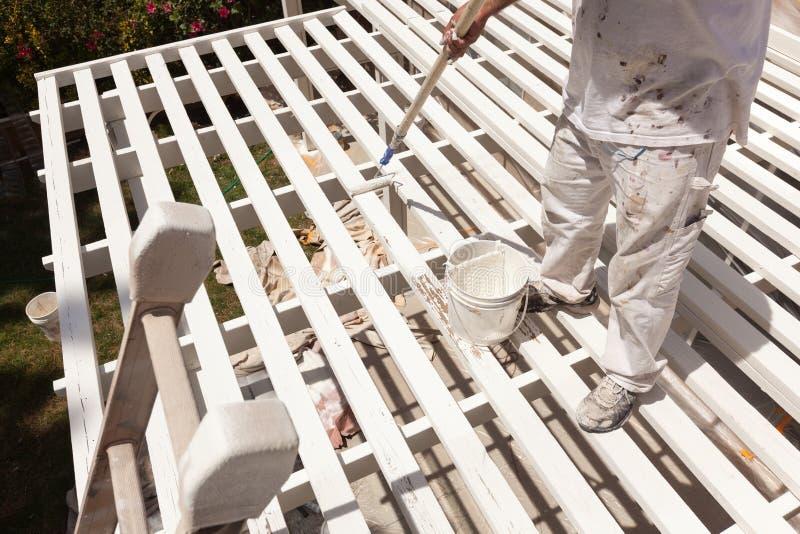 Yrkesmässig målare Rolling White Paint på överkanten av ett hem arkivfoton