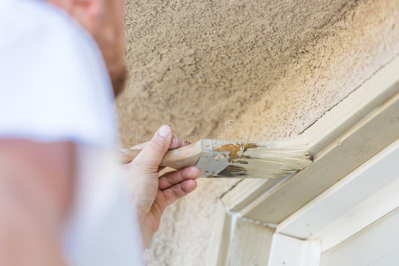 Yrkesmässig målareCutting In With borste som målar garagedörren royaltyfria bilder