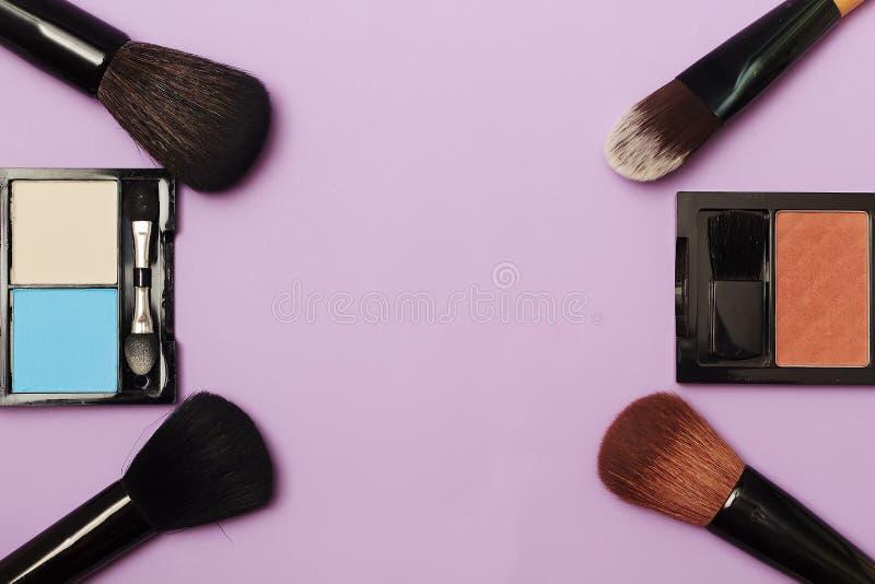 Yrkesmässig makeup borstar och hjälpmedel, sminkproduktuppsättning arkivfoto