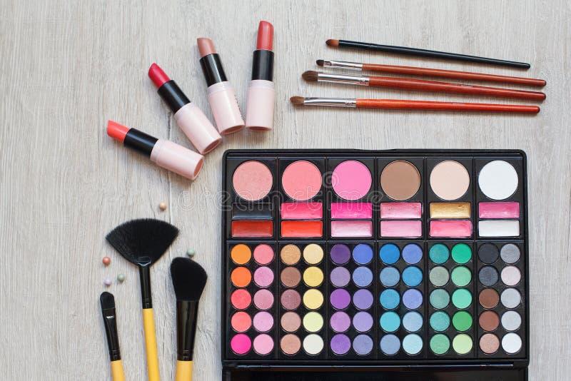 Yrkesmässig makeup borstar och hjälpmedel, sminkproduktuppsättning royaltyfria foton