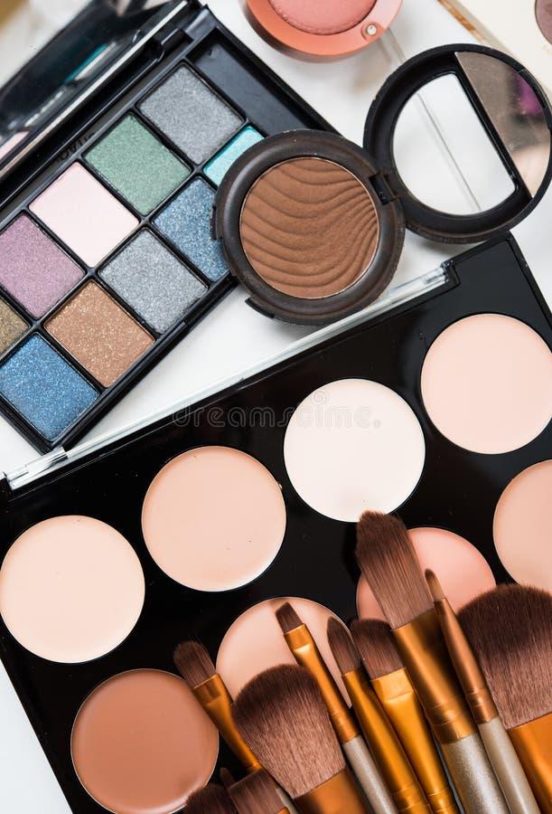 Yrkesmässig makeup borstar och hjälpmedel, sminkproduktuppsättning royaltyfri fotografi