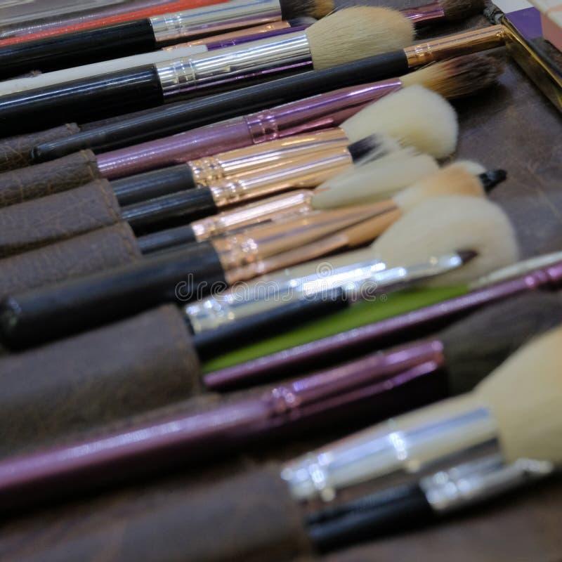 Yrkesmässig makeup borstar och hjälpmedel, sminkproduktuppsättning Tema av modestil Fyrkantig rambakgrund royaltyfri foto