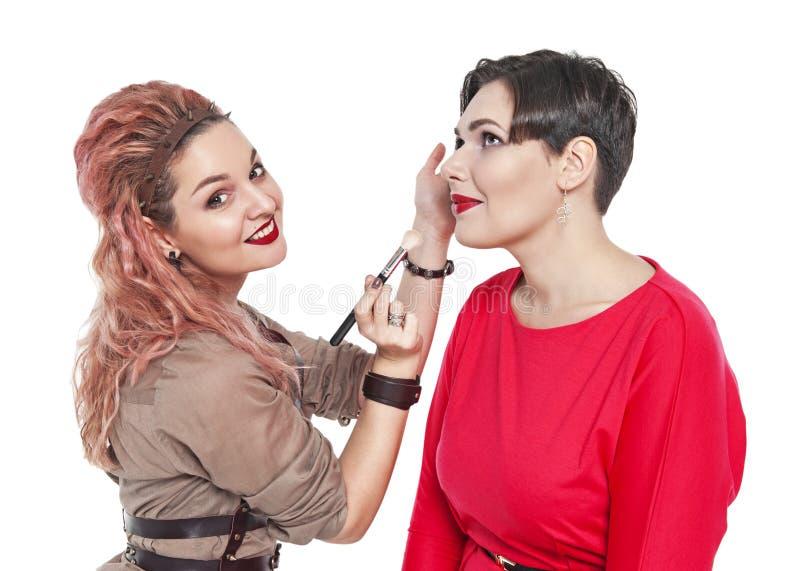 Yrkesmässig makeup för danande för makeupkonstnär till en isolerad modell royaltyfria bilder