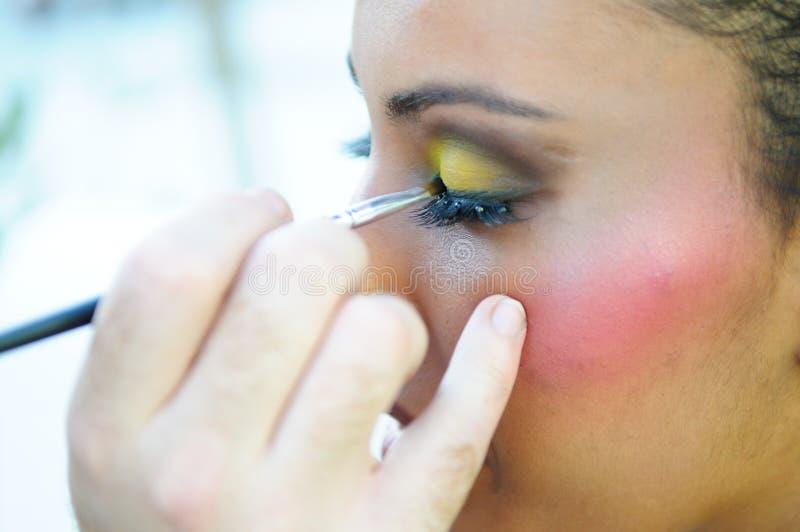 Yrkesmässig makeup med en härlig ung svart kvinna royaltyfria bilder