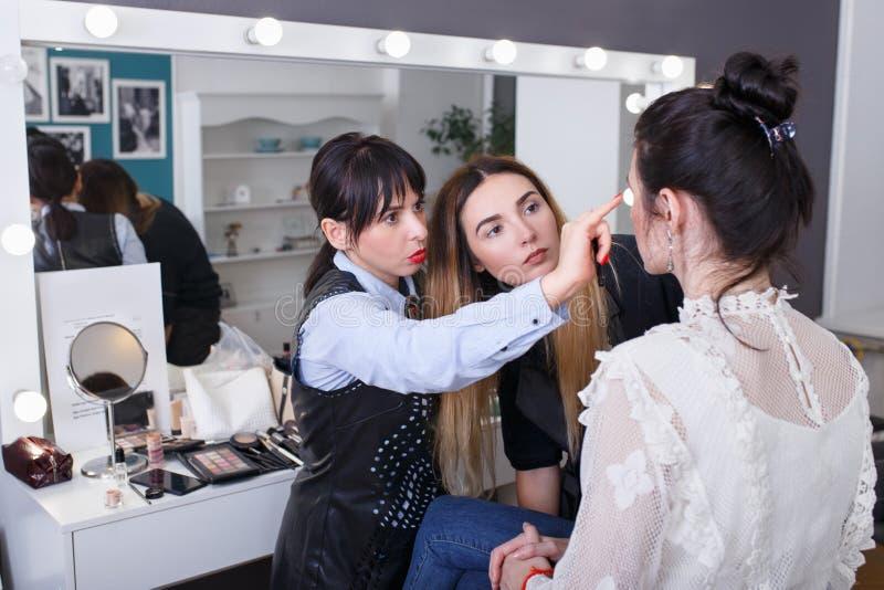 Yrkesmässig makeuplärare royaltyfria foton