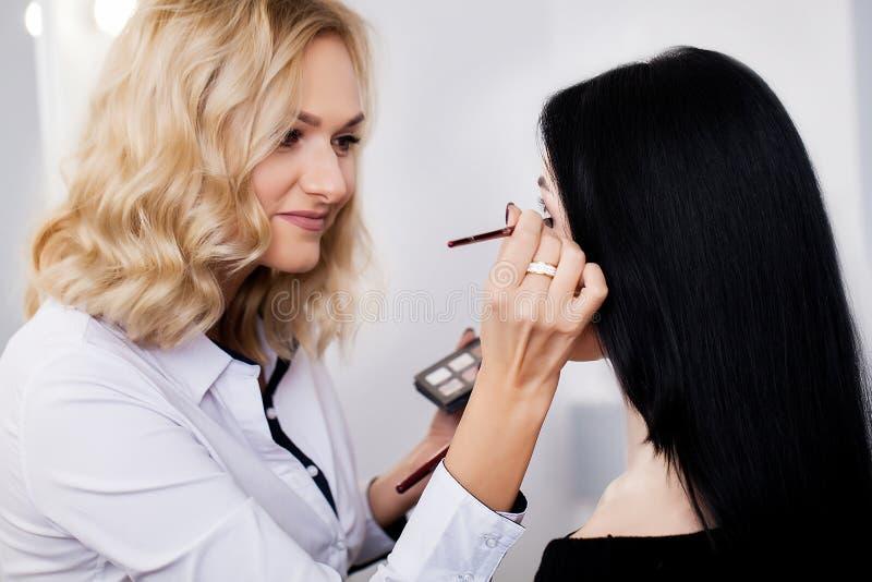 Yrkesmässig makeupprocess Konstnären gör framsidan att utforma fotografering för bildbyråer