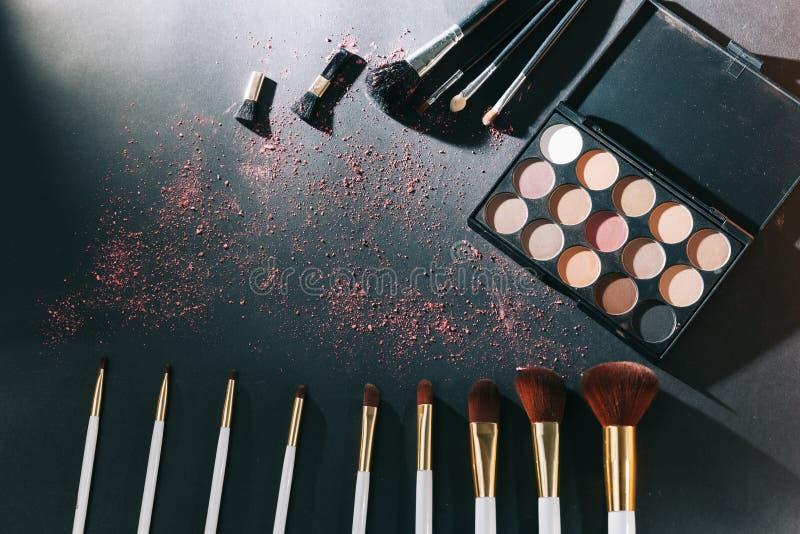 Yrkesmässig makeupuppsättning som isoleras på svart bakgrund arkivbild