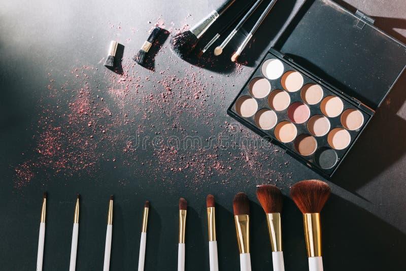 Yrkesmässig makeupuppsättning som isoleras på svart bakgrund royaltyfri bild