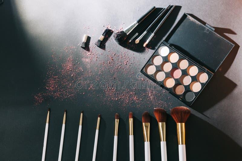 Yrkesmässig makeupuppsättning som isoleras på svart bakgrund arkivfoton