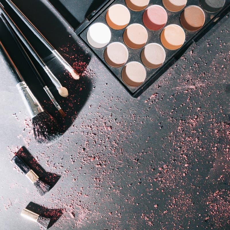 Yrkesmässig makeupuppsättning som isoleras på svart bakgrund royaltyfri fotografi