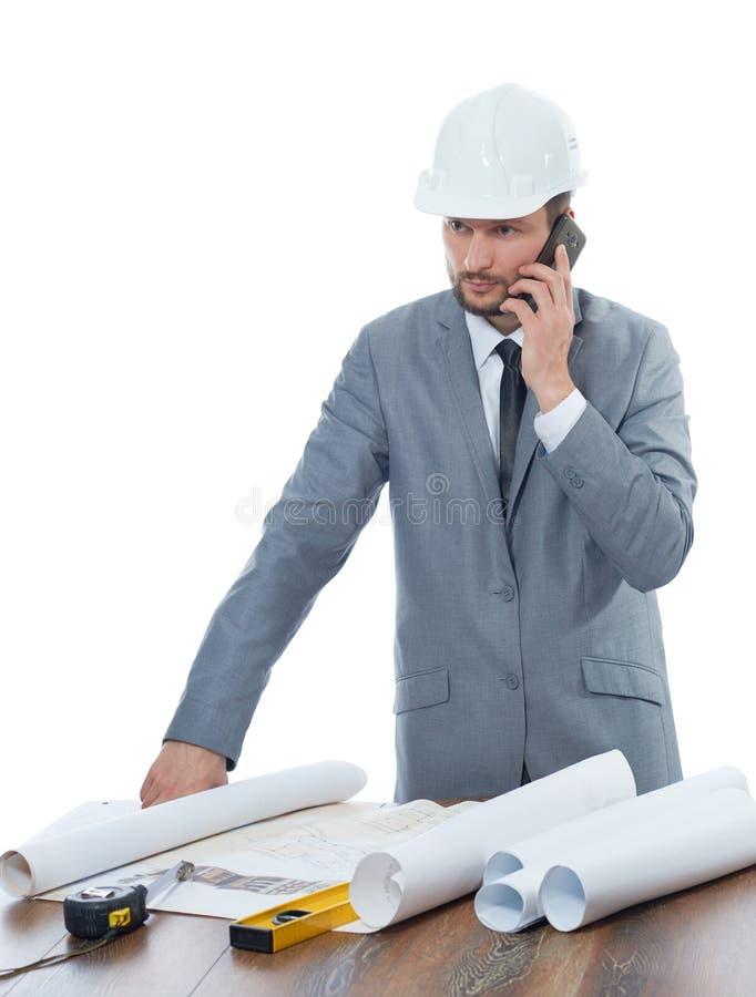Yrkesmässig manlig arkitekt som använder hans smarta telefon arkivfoton