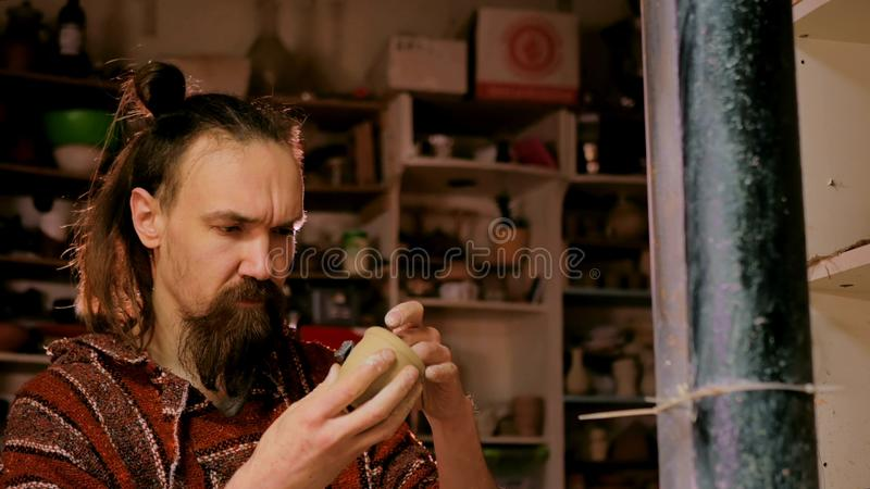 Yrkesmässig manlig keramiker som arbetar i seminariet, studio arkivbild