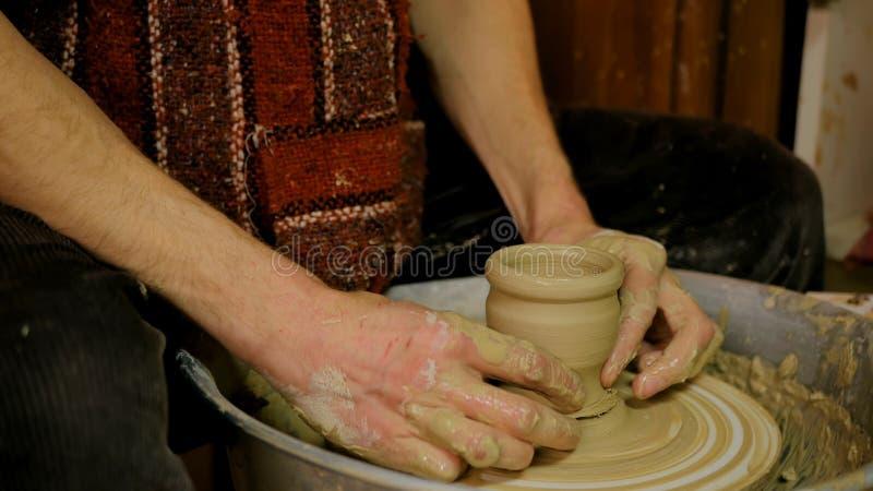Yrkesmässig manlig keramiker som arbetar i seminariet, studio royaltyfri bild