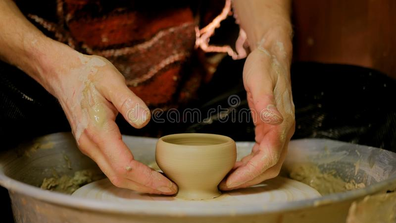 Yrkesmässig manlig keramiker som arbetar i seminariet, studio arkivfoto