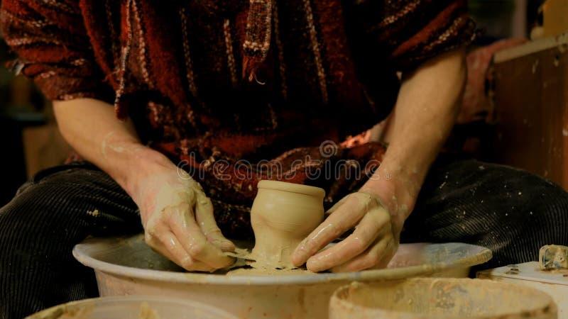 Yrkesmässig manlig keramiker som arbetar i seminariet, studio royaltyfri fotografi