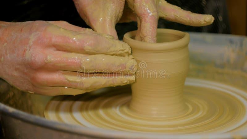 Yrkesmässig manlig keramiker som arbetar i seminarium royaltyfri bild
