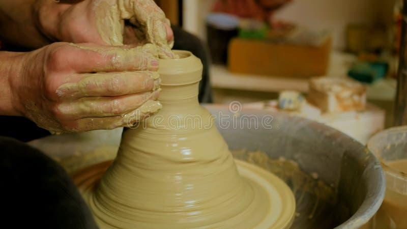 Yrkesmässig manlig keramiker som arbetar i seminarium arkivbilder