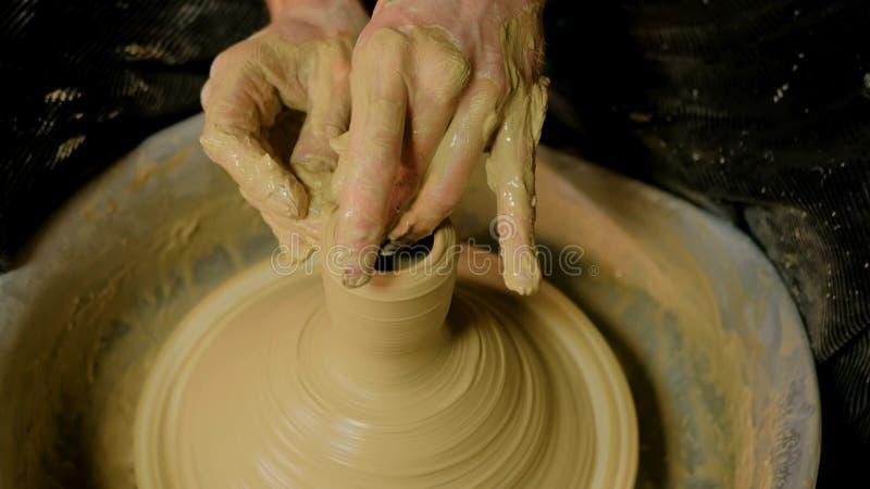 Yrkesmässig manlig keramiker som arbetar i seminarium arkivfoto