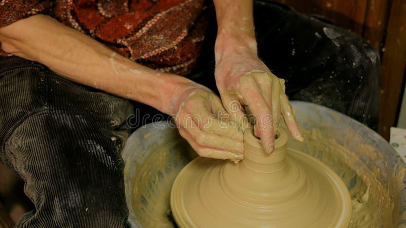 Yrkesmässig manlig keramiker som arbetar i seminarium arkivfoton