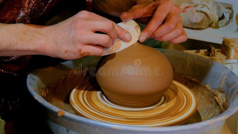Yrkesmässig manlig keramiker som arbetar i seminarium arkivbild