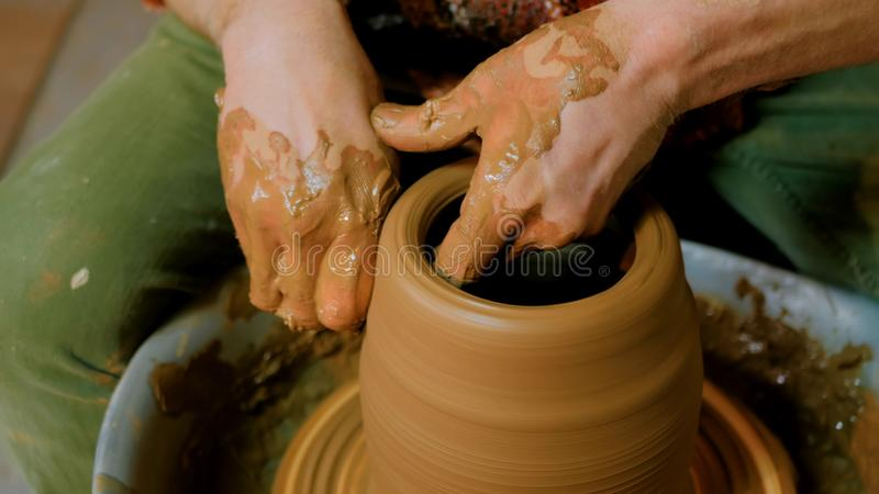 Yrkesmässig manlig keramiker som arbetar i seminarium royaltyfria foton