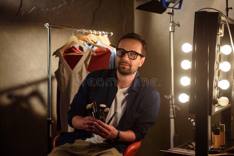 Yrkesmässig manlig kosmetolog med i kulisserna utrustning royaltyfria foton