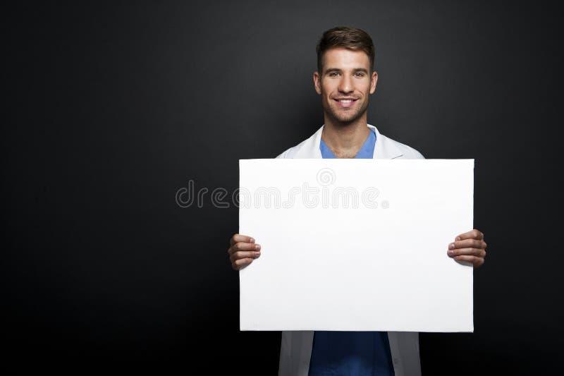 Yrkesmässig medicinsk doktor med banret royaltyfri fotografi