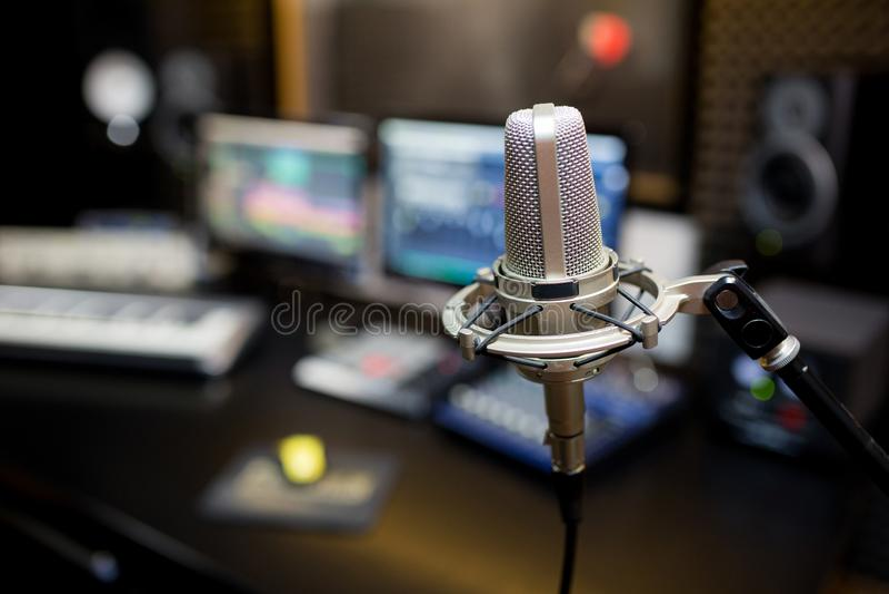 Yrkesmässig mikrofon i inspelningstudion arkivfoto