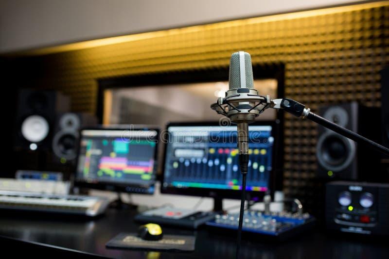 Yrkesmässig mikrofon i inspelningstudion royaltyfri foto