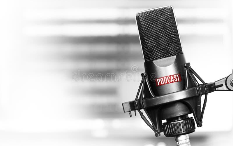 Yrkesmässig mikrofon med podcastsymbolen fotografering för bildbyråer