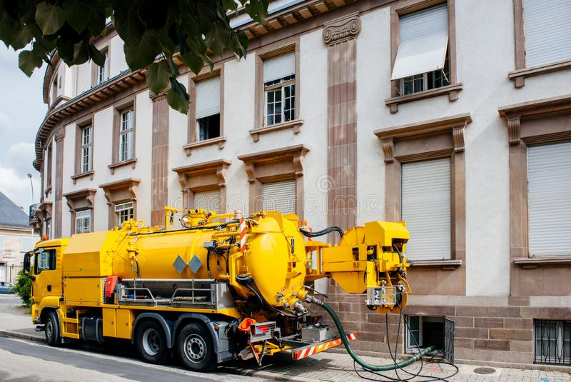 Yrkesmässig modern gul kloakavloppsnätlastbil arkivbilder
