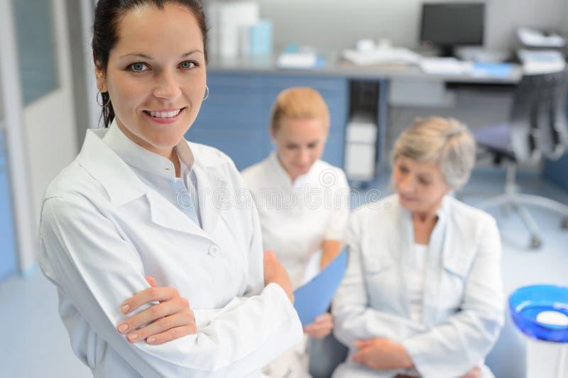 Yrkesmässig patient för pensionär för tandläkarekvinnasjuksköterska royaltyfri foto