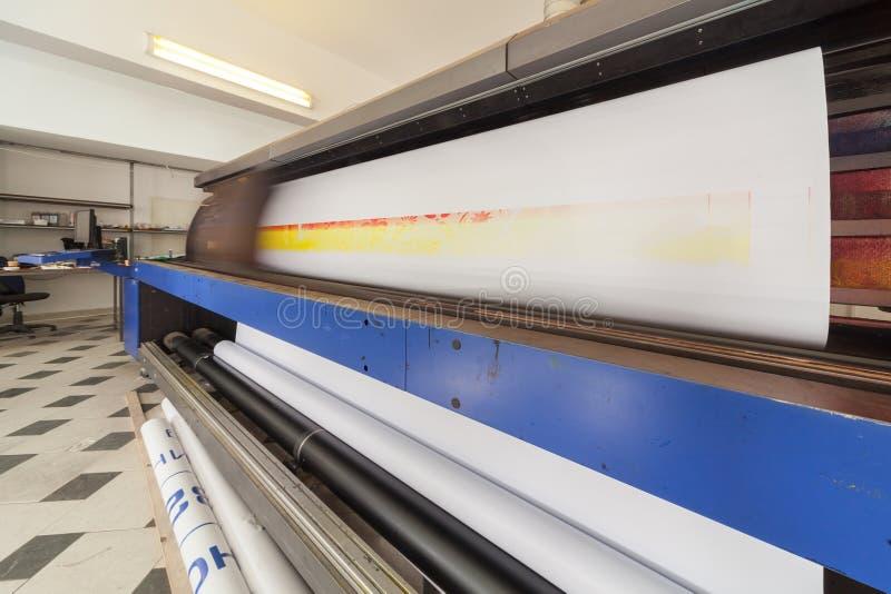 Yrkesmässig printingmaskin i printinghus royaltyfria foton