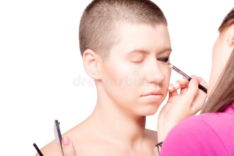 Yrkesmässig sminkkonstnär som gör maquillage arkivfoton