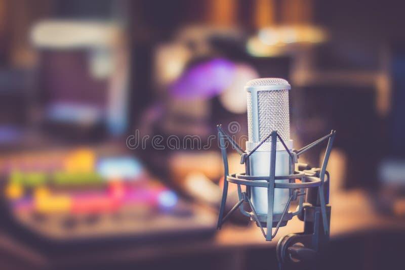Yrkesmässig studiomikrofon, inspelningstudio, utrustning i den oskarpa bakgrunden arkivbild