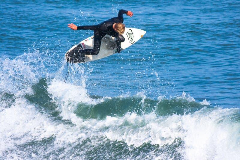 Yrkesmässig surfare Willie Eagleton Surfing California arkivbild