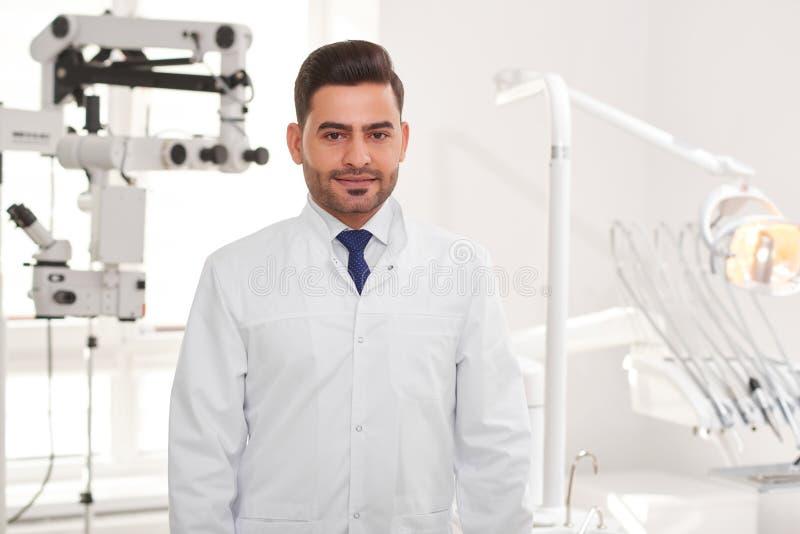 Yrkesmässig tandläkare på hans klinik royaltyfri bild