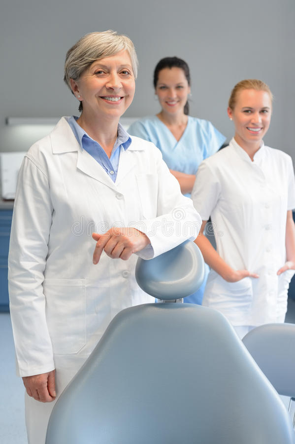 Yrkesmässig tandläkarelagkvinna på tand- kirurgi royaltyfria bilder