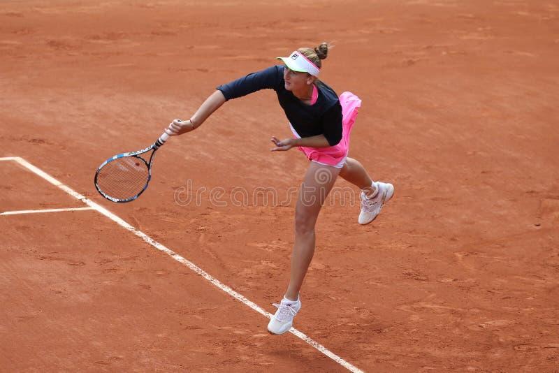 Yrkesmässig tennisspelare Irina-Camelia Begu av Rumänien i handling under hennes tredje runda match på Roland Garros 2015 royaltyfri foto