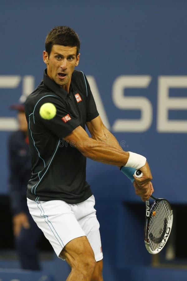 Yrkesmässig tennisspelare Novak Djokovic under kvartsfinalmatch på US Open 2013 mot Mikhail Youzhny royaltyfri bild