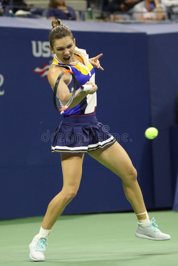 Yrkesmässig tennisspelare Simona Halep av Rumänien i handling under hennes runda match för US Open 2017 först arkivbilder