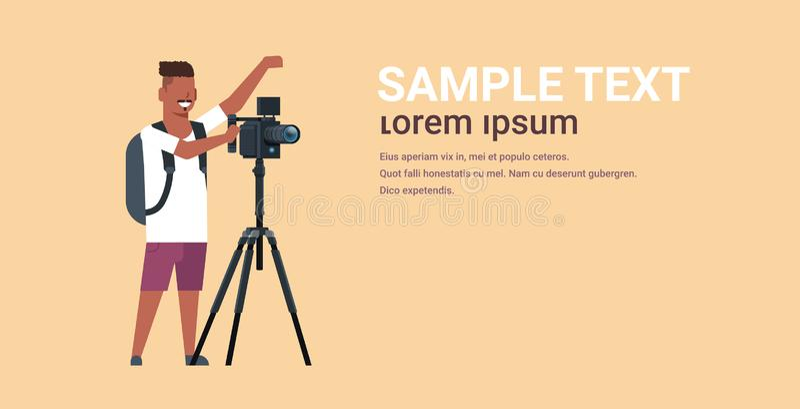 Yrkesmässig videographer genom att använda kameran på tripodafrikansk amerikanmannen som mycket skjuter videoen på den horiso stock illustrationer