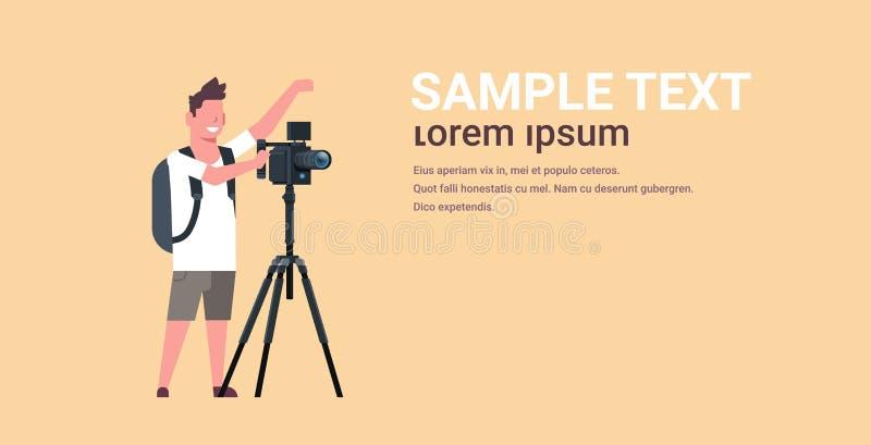 Yrkesmässig videographer genom att använda kameran på videoen för tripodmanskytte på utrymme för kopia för stadig kamhoris royaltyfri illustrationer