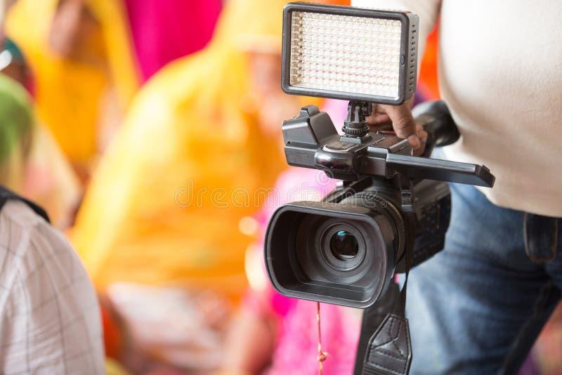 Yrkesmässig videokamera, kameraman med camcorderen - bild royaltyfria foton