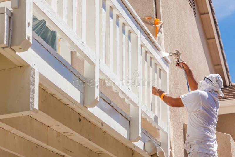 Yrkesmässig Wearing Facial Protection för husmålare sprutmålningsfärg royaltyfria bilder