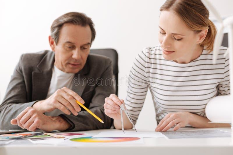 Yrkesmässiga architectors som gör teckningar arkivfoton