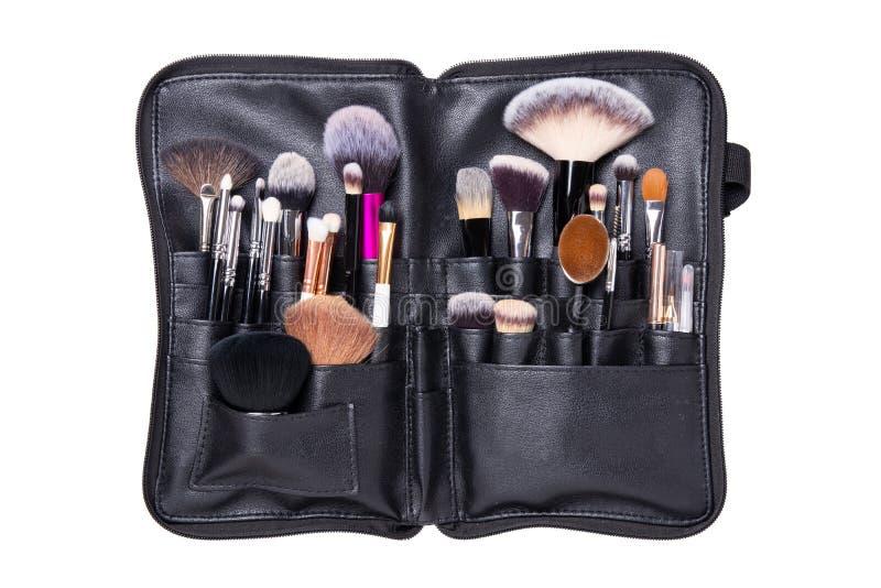 Yrkesmässiga borstar Yrkesmässig samlingsuppsättning av olika makeupborstar som är kosmetiska i ett svart läderfall som isoleras  royaltyfria foton