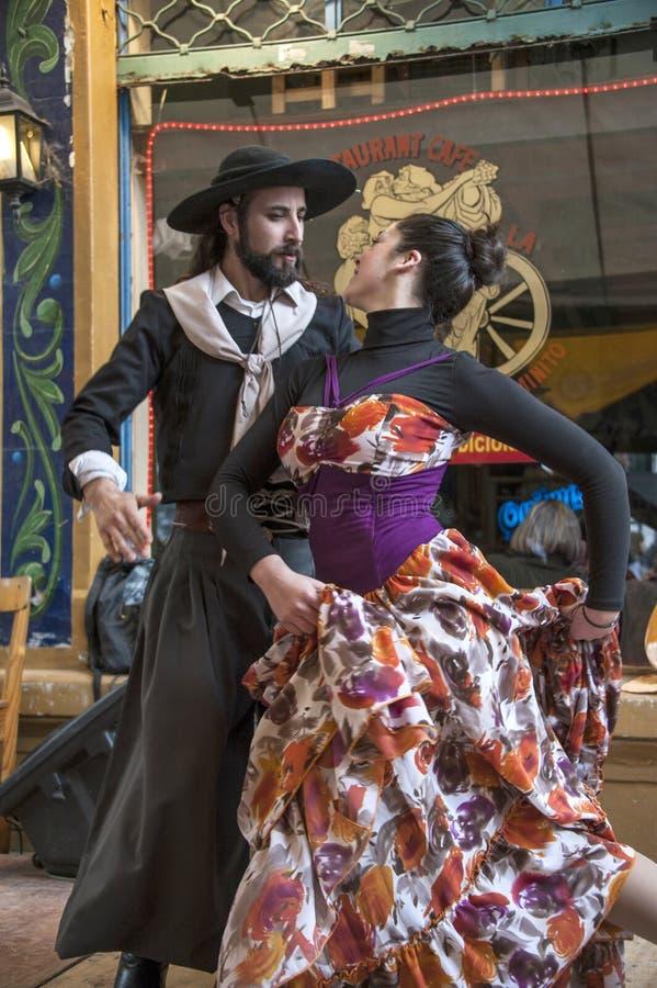 Yrkesmässiga dansare dansar 'chakarera' på gatan Caminito in royaltyfri bild