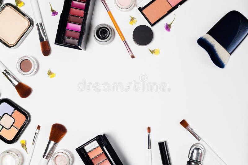 Yrkesmässiga dekorativa skönhetsmedel, makeuphjälpmedel på vit bakgrund royaltyfri fotografi